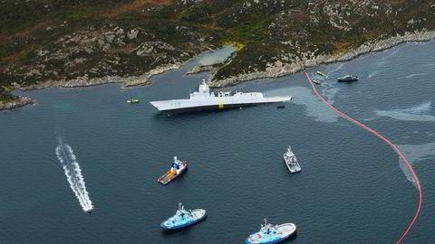 Fregatten KNM «Helge Ingstad» havnet i fjæresteinene med slagside etter at den kolliderte med en tankbåt ved Stureterminalen i Øygarden.