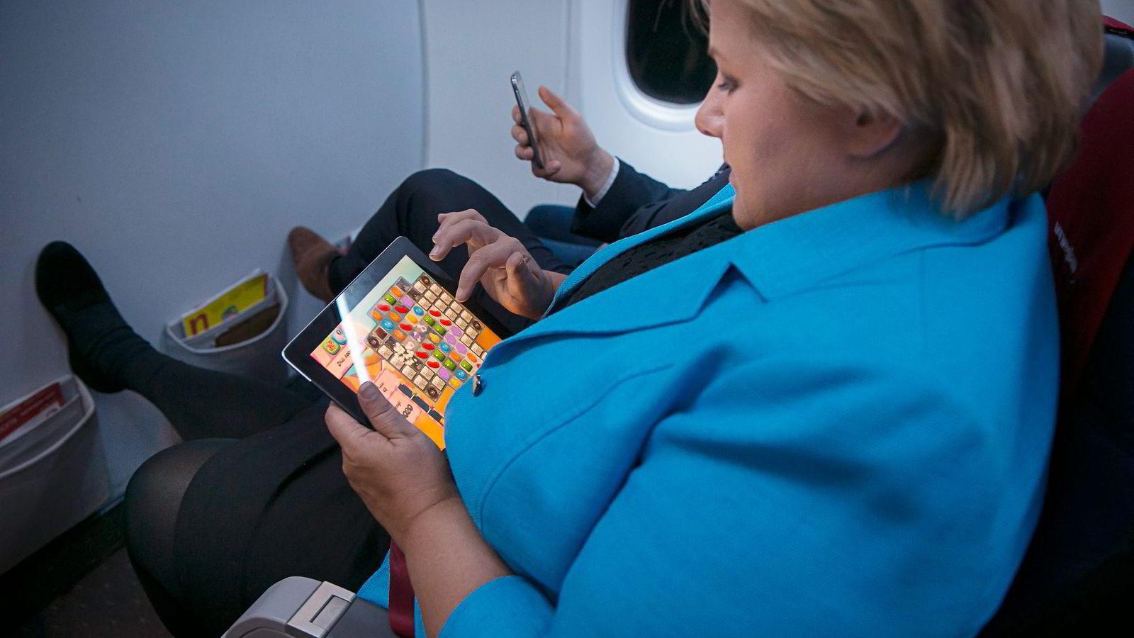TRE PÅ RAD. Statsminister Erna Solberg liker å slappe av med en runde «Candy Crush» på Ipaden, men begynner å gå lei spillet. Flere analytikere spådde onsdag at «Candy Crush»-manien er over. Foto: Heiko Junge,
