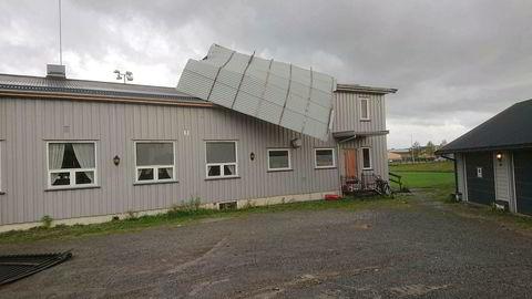 Deler av taket på klubbhuset til Vang Fotballag ved Hamar ble tatt av vinden i ekstremværet Knud.