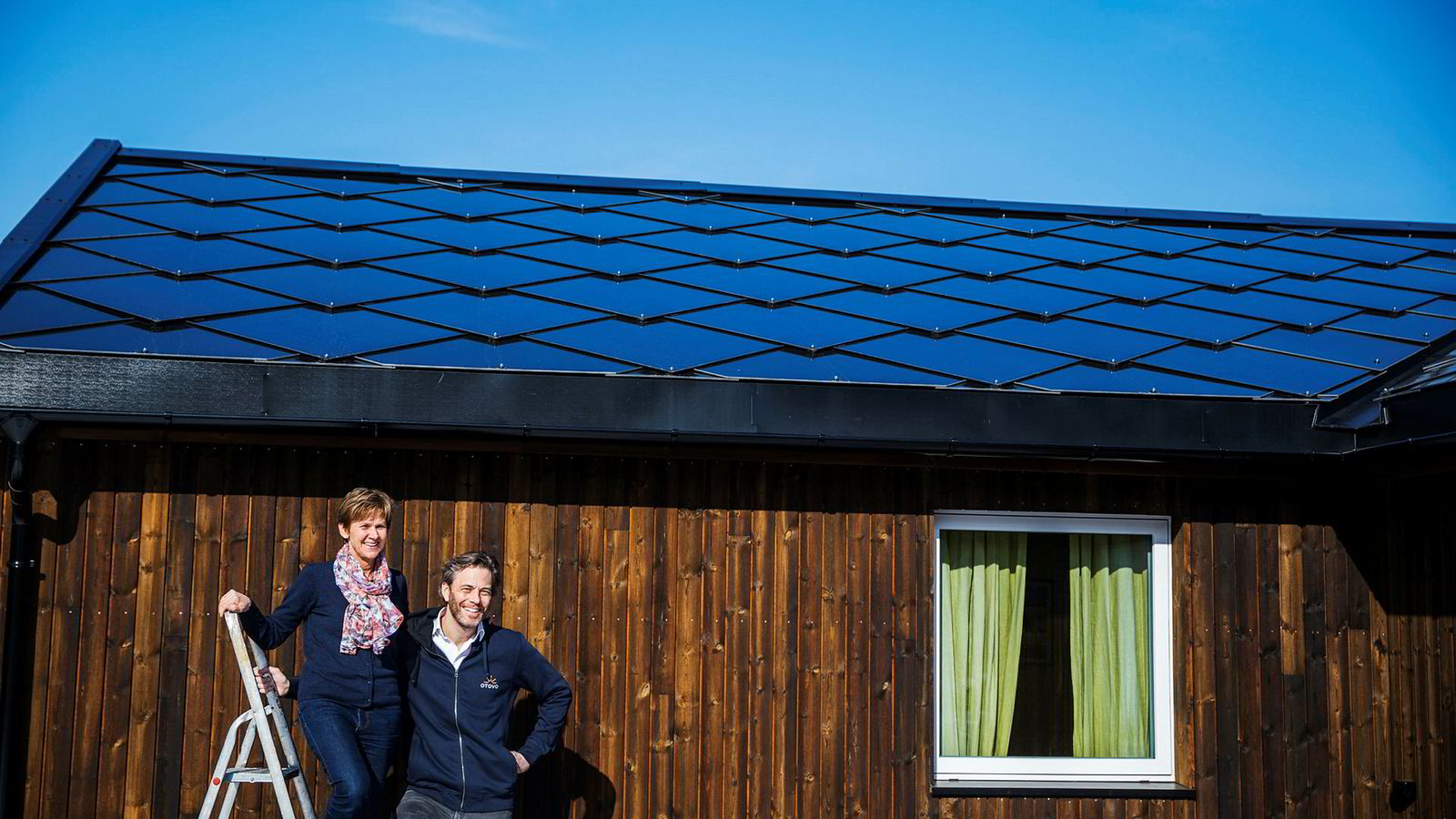 Anne Sønstevold og mannen regner ikke med å tjene inn investeringen i solcelletaksten, som er langt dyrere enn paneler. Men hun koser seg med å følge produksjonen av lokal kraft på appen fra Andreas Thorsheims Otovo.