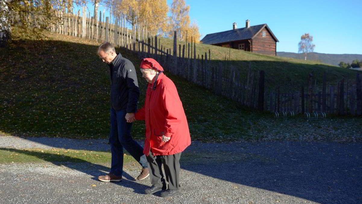 Astrid Grøndahl og hennes sønn Rolf Arne Strand. Astrid Grøndahl er niesen til Karin-Elise Brænden som testamenterte bort all sin arv til en lege ved Volvat.