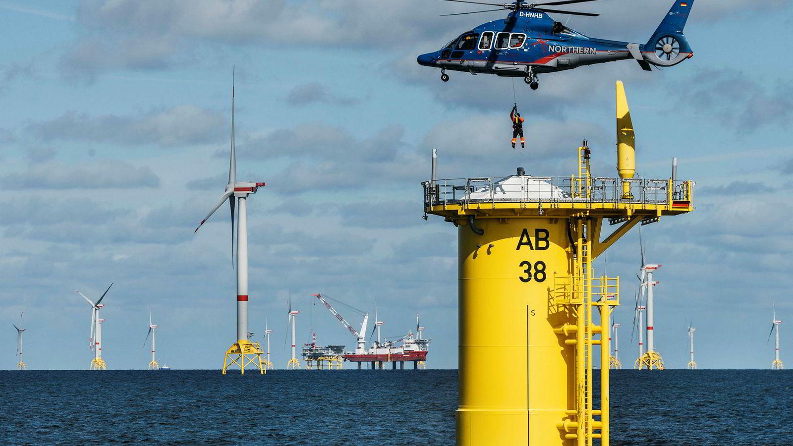 Arkona-parken koster 1,2 milliarder euro å bygge og er den foreløpig siste vindparken Equinor er med på å bygge utenlands. Her er to arbeidere i ferd med å reparere en skade på en av turbinene. De blir små i forhold.