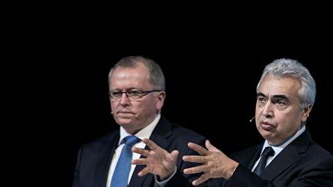 Den høye oljeprisen gjør at pengene renner inn for Eldar Sætre i Equinor. Men nå advarer Fatih Birol (til høyre), toppsjef i IEA mot at de høye prisene kan presse etterspørselen nedover.