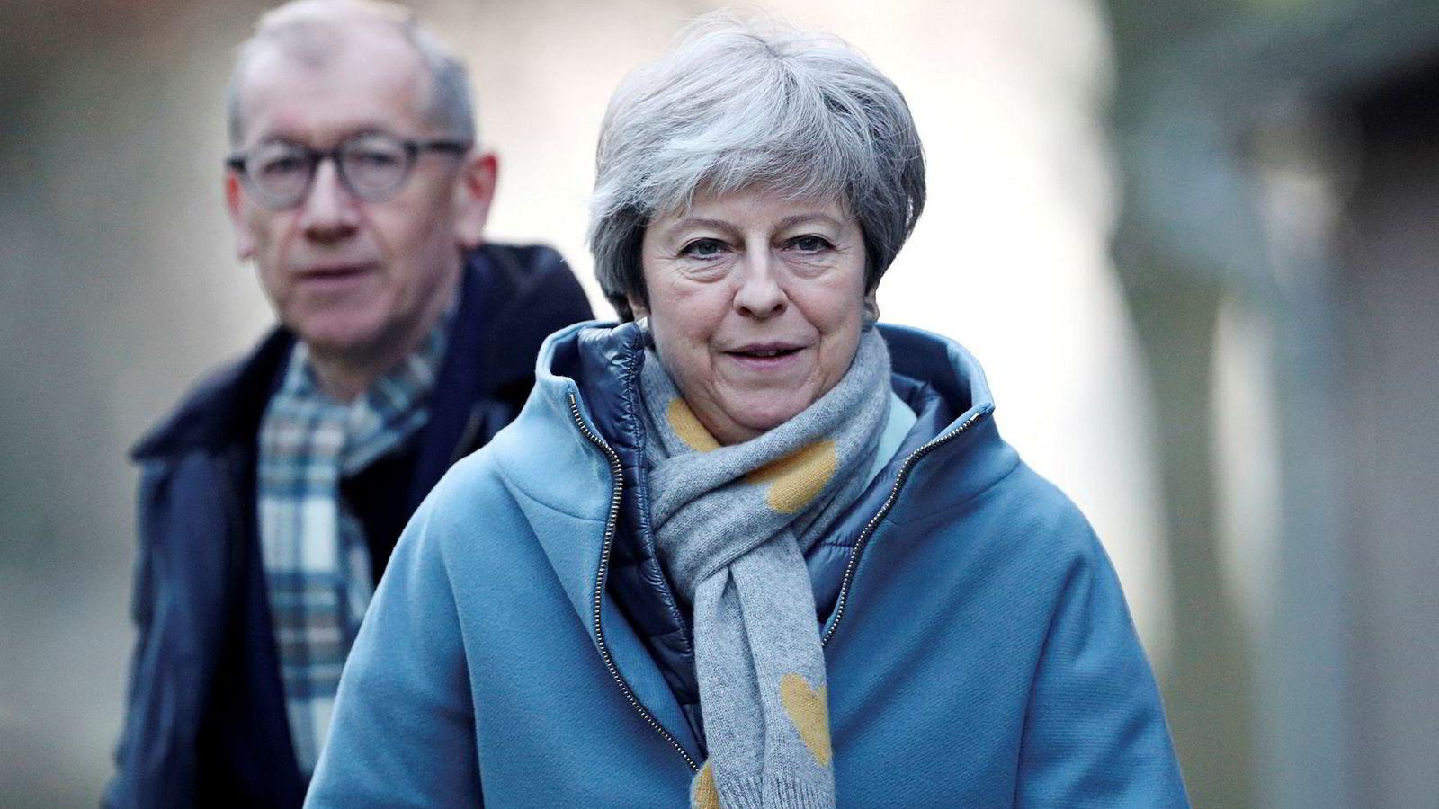 Muligheten stiger sterkt for at May ikke har andre valg enn å sette sin egen stilling bak planen – og håpe at frykten for en venstreradikal regjering under Jeremy Corbyn skal redde brexit. Her sammen med ektemannen Philip May.