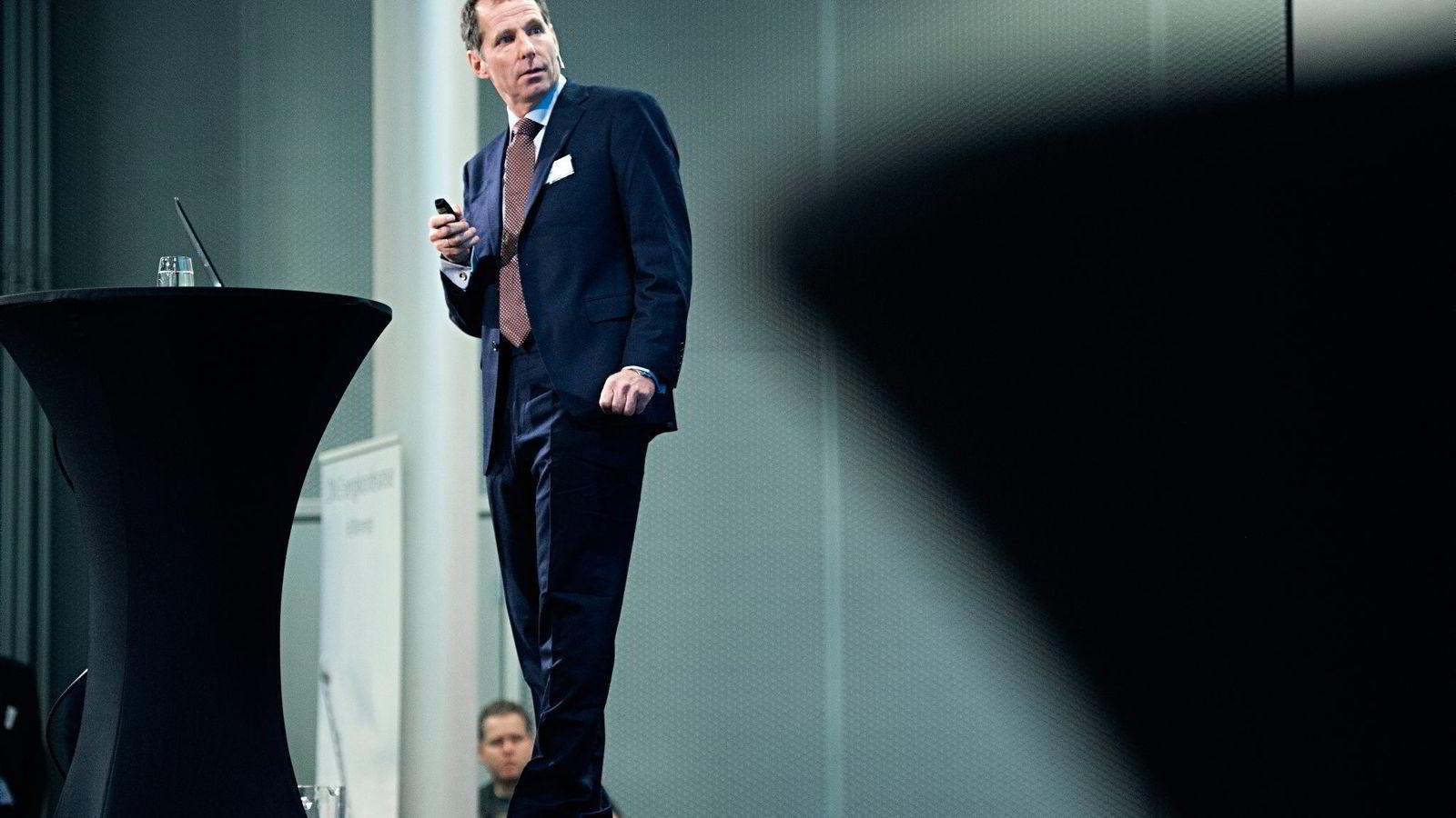 Jarand Rystad i Rystad Energy mener det ikke er noe i veien for at oljeprisene fortsetter videre ned.