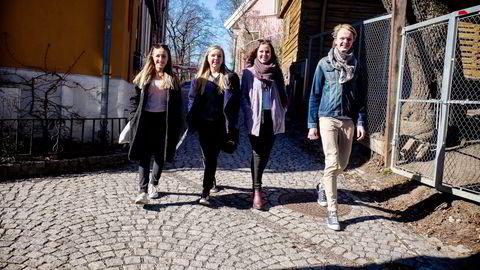 BRUKER MOBIL. Fra venstre Leah Marie Foseid (16), Ingrid Walseth Frøyen (17), Mathilde Hyldal Eberholst (16) og Sigurd Log Røren (17), oppdaterer seg stort sett på dagens nyheter med mobil eller pc. Foto:  Gunnar Blöndal