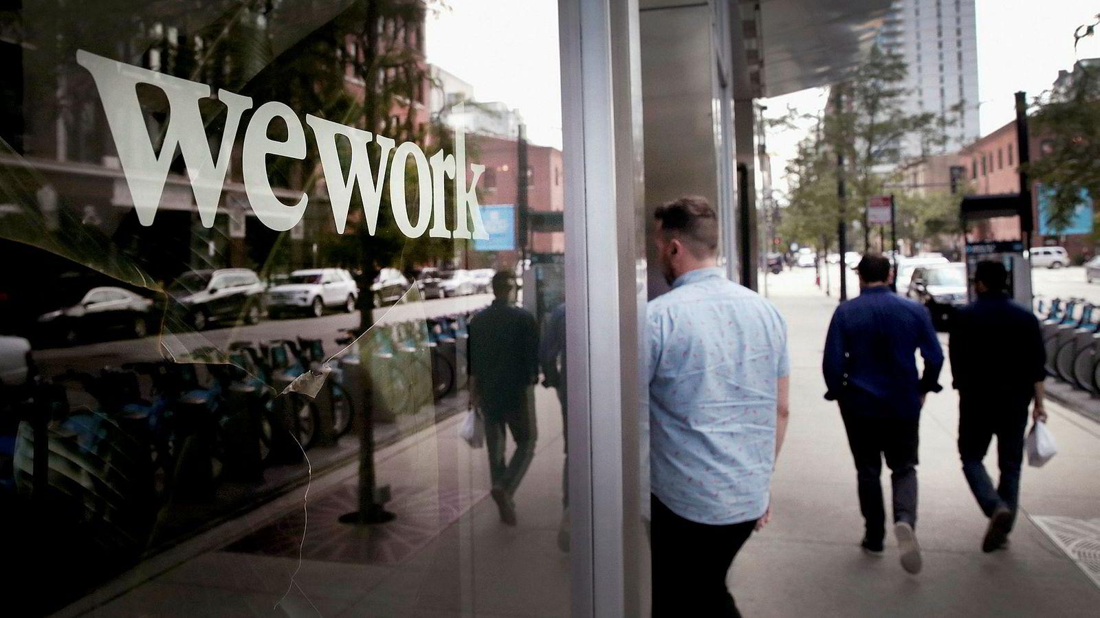 Siden etableringen i 2010 har WeWork dukket opp i storbyer over hele verden med fleksible kontorløsninger. Selskapet ble verdsatt til 47 milliarder dollar tidligere i år. Nå forsøker de å overbevise investorer om at det er verdt halvparten – kanskje mindre – før en planlagt børsnotering i september.