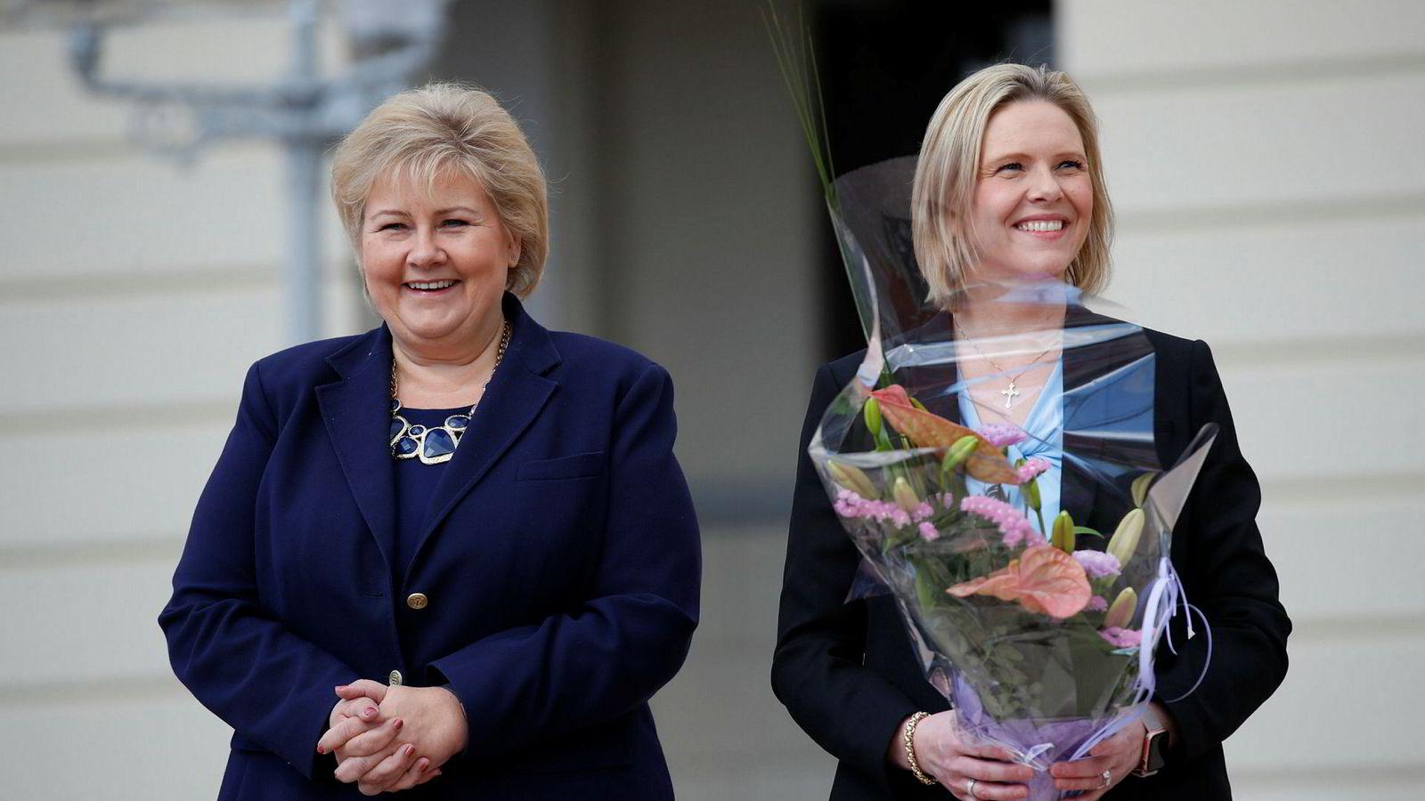 Fredag formiddag kom Sylvi Listhaug (FrP) ut på slottsplassen med statsminister Erna Solberg (H).