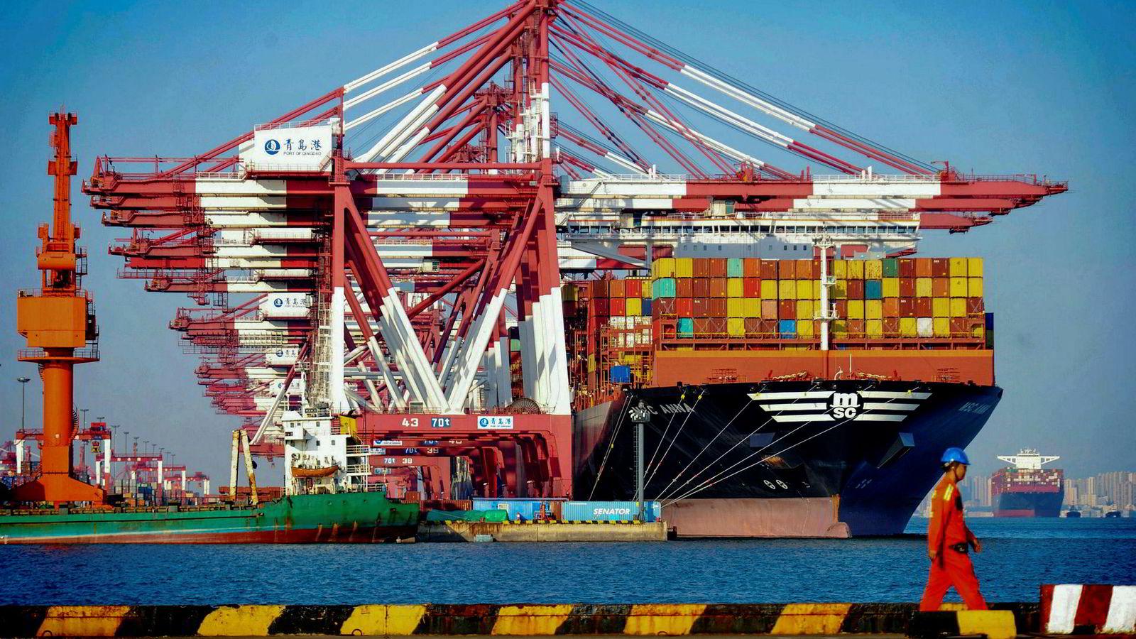 I løpet av 30 septemberdager fikk Kina et rekordhøyt handelsoverskudd med USA. Eksporten har heller aldri vært høyere. Kina-økonomer tror toppen kan være nådd og at straffetollen vil merkes de kommende månedene. Her et lasteskip i en havn i Qingdao i Kina denne uken.