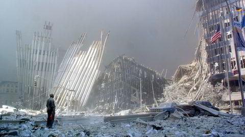 Fredsforskere mener kampen mot terror har undergravd global sikkerhet. På bildet står en mann og ser på restene av World Trade Center etter terrorangrepet i New York 11. september 2001. Foto: Doug Kanter/AFP photo/NTB scanpix