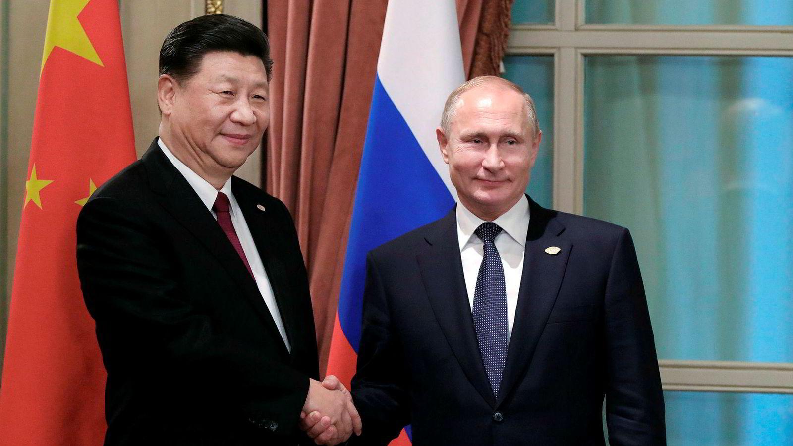 Forholdet mellom bjørnen og dragen havarerte i 1961. Dette er nå glemt. Avholdsmannen Putin er så ivrig på gode relasjoner at han skåler i sprit med Xi, skriver artikkelforfatteren. Her under G20-møtet i Buenos Aires i november 2018.