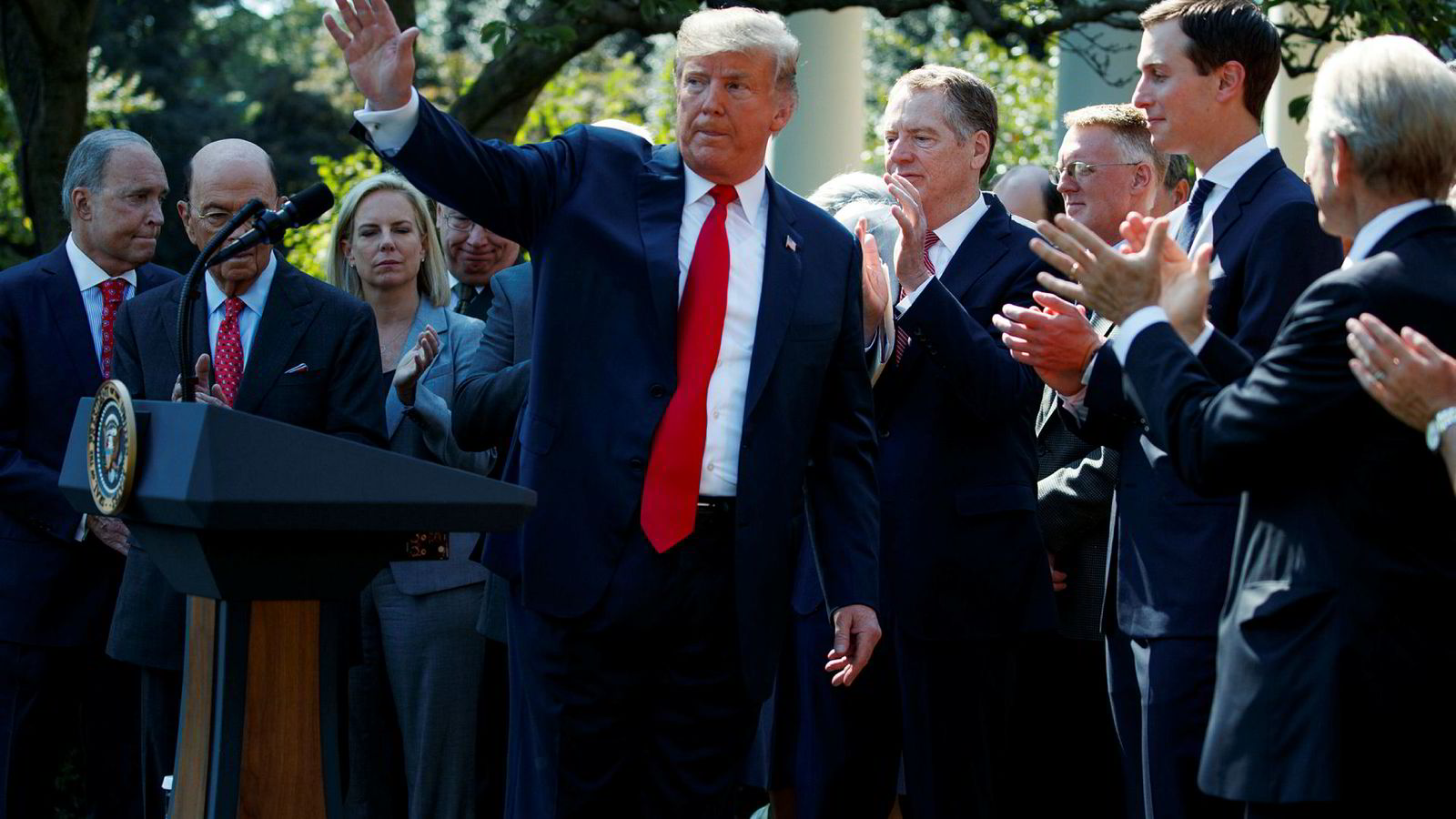 President Donald Trump under en pressekonferanse utenfor Det hvite hus mandag.