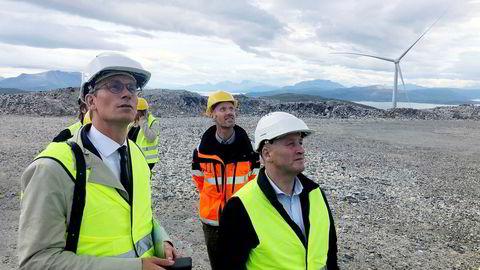 Partene i rettssaken om vindmølleparken på befaring på Kvitfjell på Kvaløya utenfor Tromsø. Fra venstre grunneiernes advokat Audun Bollerud, prosjektleder Stephan Klepsland i Nordlys Vind og grunneier Bård Bentzen.