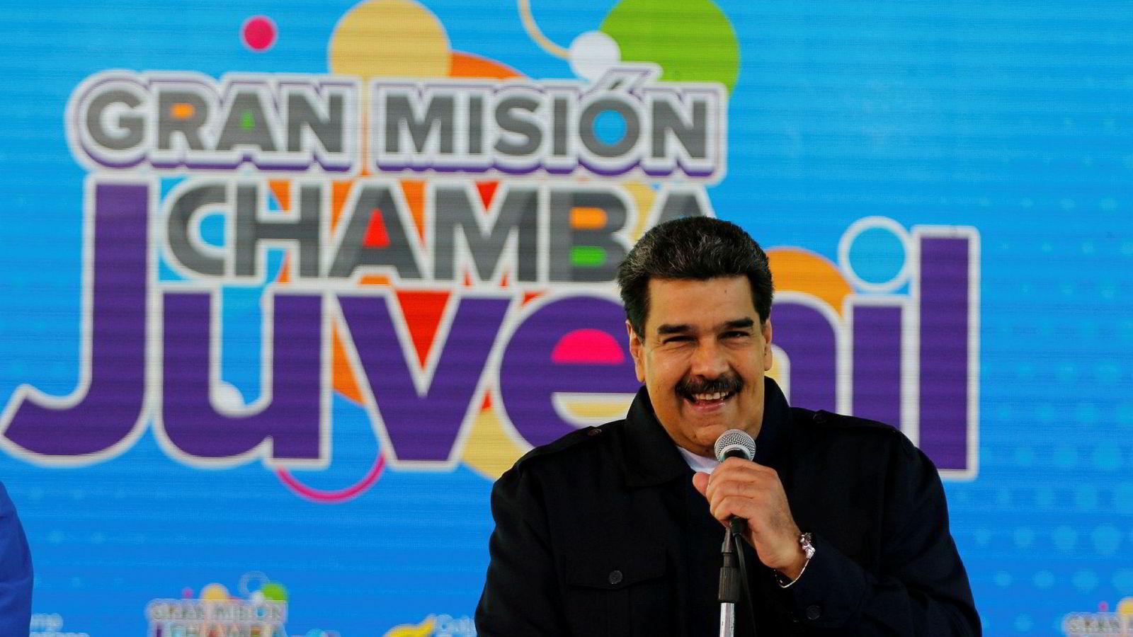 Venezuelas president Nicolas Maduro smiler mens hans snakker på et ungdomsarrangement på lørdag denne uken.