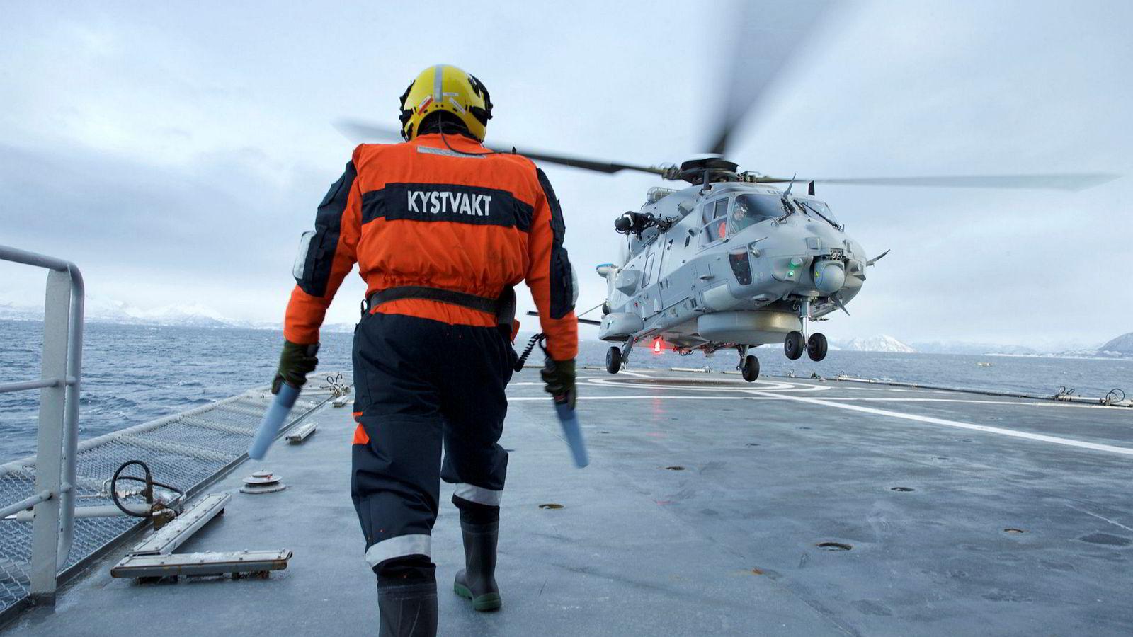 Flytting av seks av Forsvarets helikoptre fra Bardufoss til Rygge vil bidra til en marginal effektiviseringsgevinst innen Forsvaret, men lede til uante beredskapsmessige kostnader for andre sektorer i nord. Her lander Eet NH-90 helikopter på kystvaktfartøyet «KV Senja».