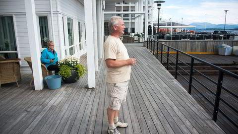 Erik Berg er arkitekten bak den ekspanderende hotellkjeden Classic Norway. Molde fjordstuer er ett av de 13 hotellene i kjeden som etter planen skal vokse til over 30 i løpet av noen år. I bakgrunnen kona Jofrid. Foto: Per Ståle Bugjerde
