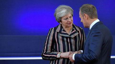 EU-president Donald Tusk (til høyre) opplyser at brexit-avtalen med britene og statsminister Theresa May nå er godkjent.