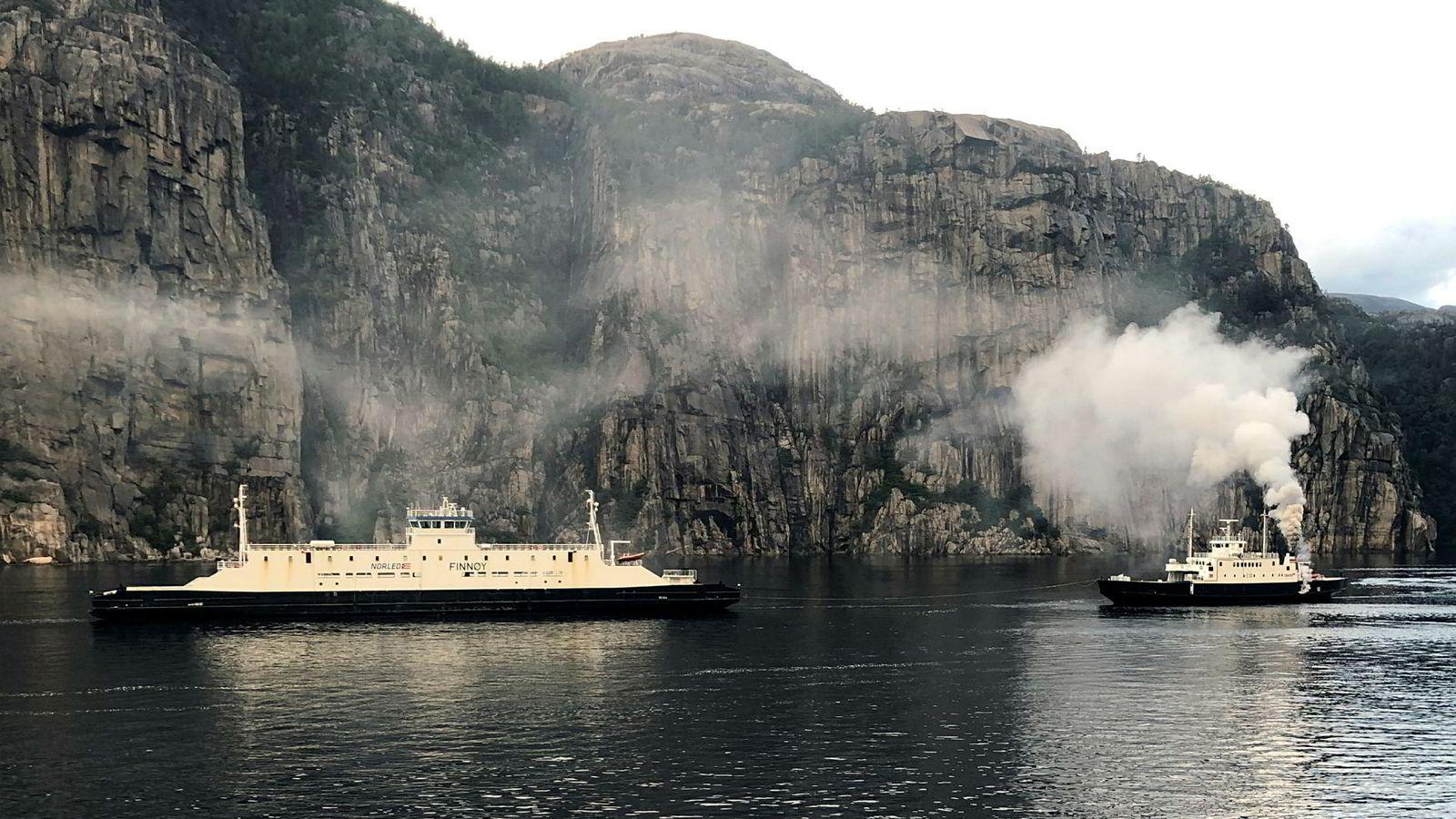 49 passasjerer er evakuert på grunn av brann i ferja Eid (t.h.) i Lysefjorden i Rogaland. Det er ikke meldt om personskader. Ferja Finnøy (t.v.) kommer til unnsetning.