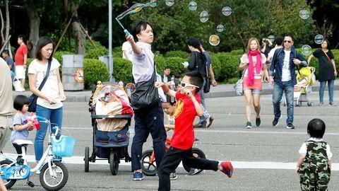 Av de områdene som var i den fattigste gruppen i 1820, er hele 85 prosent fortsatt i den samme gruppen i 2008. Unntakene er Japan og Taiwan som innehar vekstrekorden over tohundreårsperioden med mer enn en trettidobling av inntekten per innbygger. Her en gruppe taiwanere som tilbringer fridagen sin i Sun Yat-sen Memorial Hall i Taiwan.