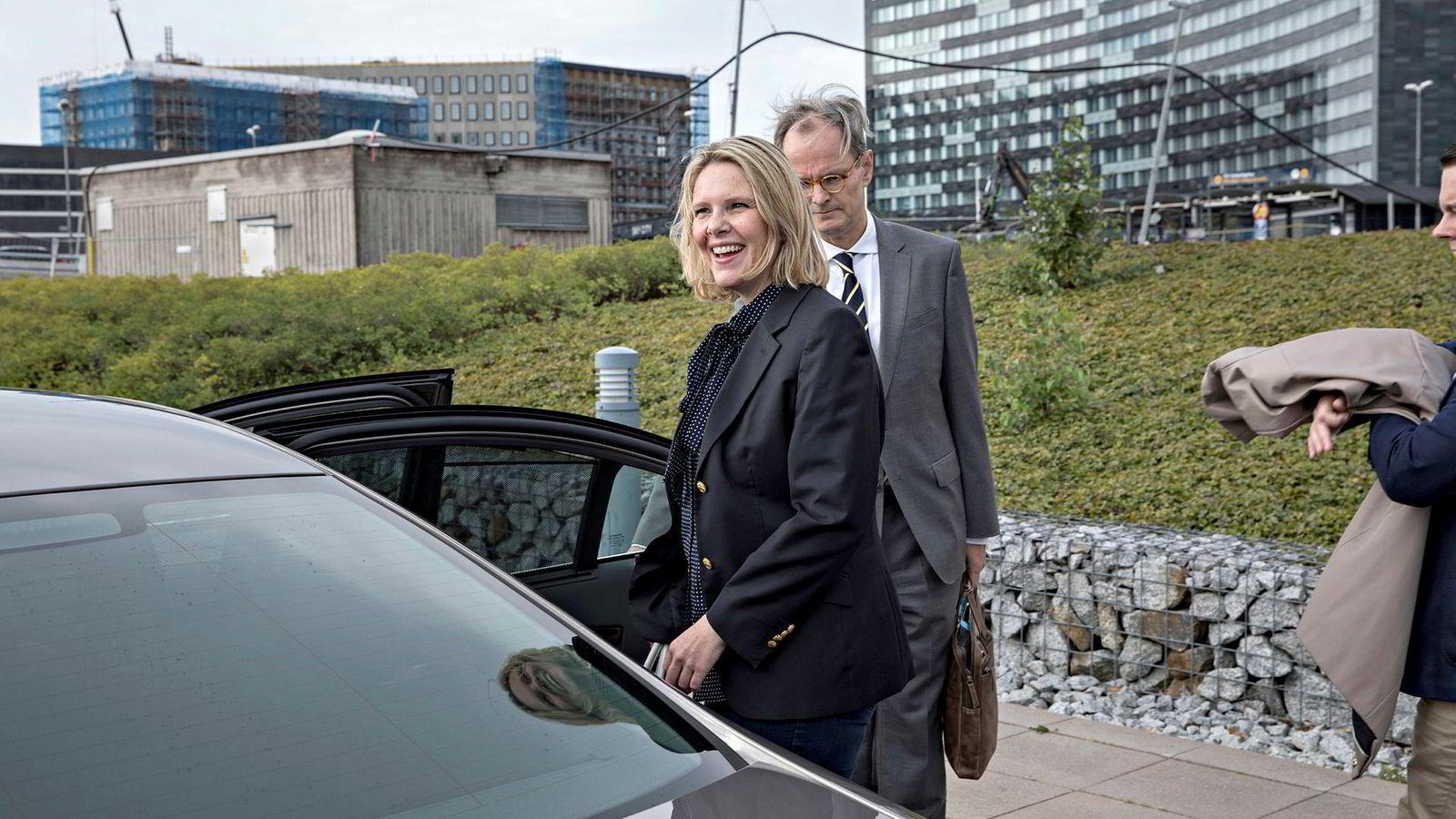 Innvandrings- og integreringsminister Sylvi Listhaug er i Sveriges hovedstad Stockholm for å lære om erfaringer med å ta imot flyktninger og asylsøkere. Her er hun på et lunsjmøte med representanter fra den norske ambassaden. Ambassadør Christian Syse bak henne.