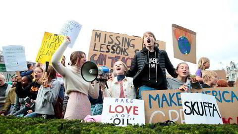 Fram til politikarane sluttar med dette hykleriet – å snakke om at klimakrisa er viktig, samstundes som dei held fram med det som øydelegg framtida vår – vil ungdom fortsette å protestere. Her streikar skuleelevar framfor Stortinget for miljøet.