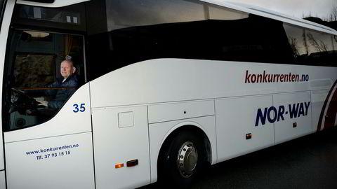 Daglig leder Tom Roger Øydne i ekspressbusselskapet Konkurrenten.no mener det er elendig bruk av offentlige midler å subsidiere togbillettene med stadig flere millioner. Foto: Jacob Buchard