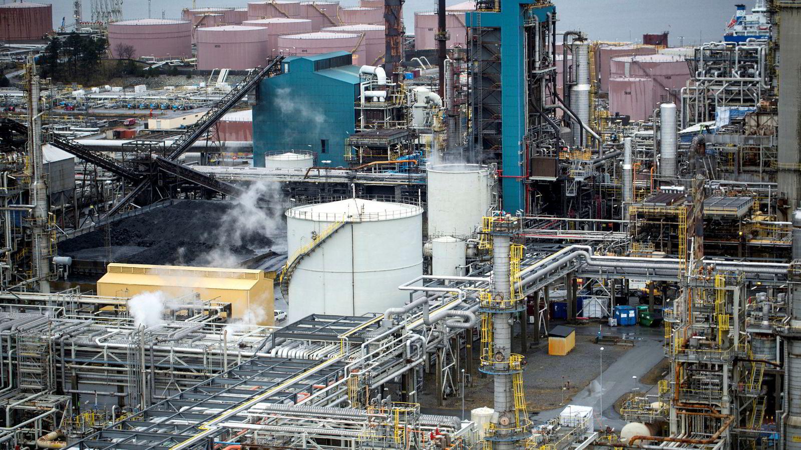 Avbildet er oljeselskapet Statoil oljeraffineri på Mongstad. Oljeraffineriene bidro til økningen i norsk industri den siste tiden.