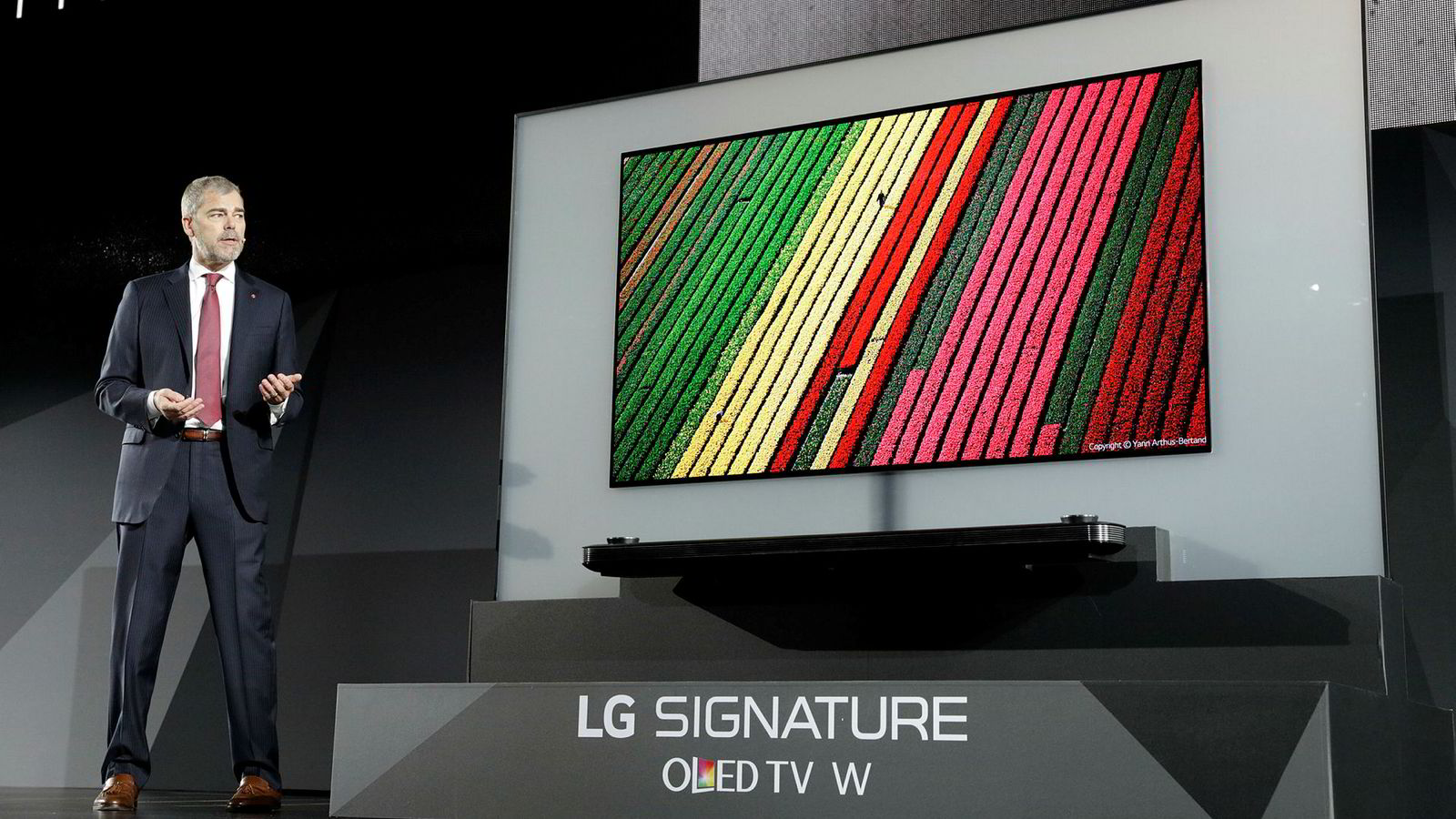 David VanderWaal, markedsdirektør for LG Electronics USA, viser frem LG Signature OLED TV W under LGs pressekonferanse på CES 2017.