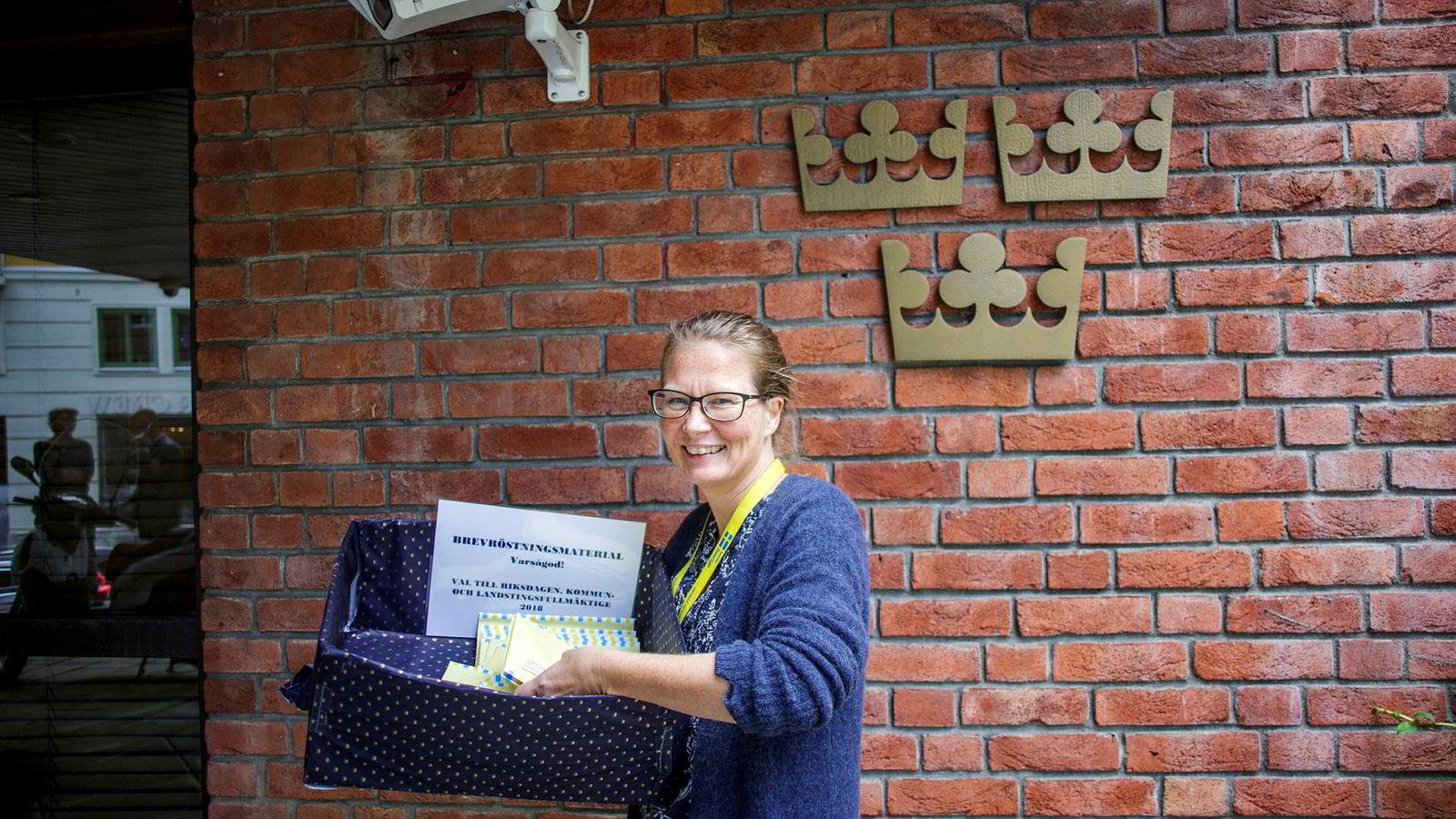 Ministerråd Susann Nilsson ved Sveriges ambassade i Oslo hadde fredag fortsatt en kurv med blanketter for brevstemmer stående utenfor inngangsdøren. Men siste anledning til å forhåndsstemme ved ambassaden var tirsdag.