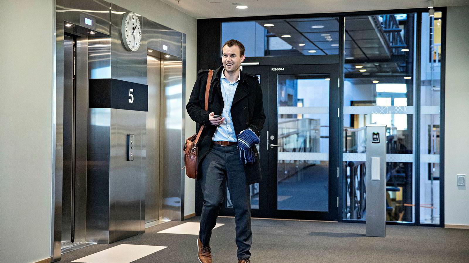 Kjell Ingolf Ropstad var kjapt innom Stortinget dagen etter at KrF sa ja til regjeringsplattformen han har vært med på å forhandle frem. Snart får han nytt kontor i regjeringen.
