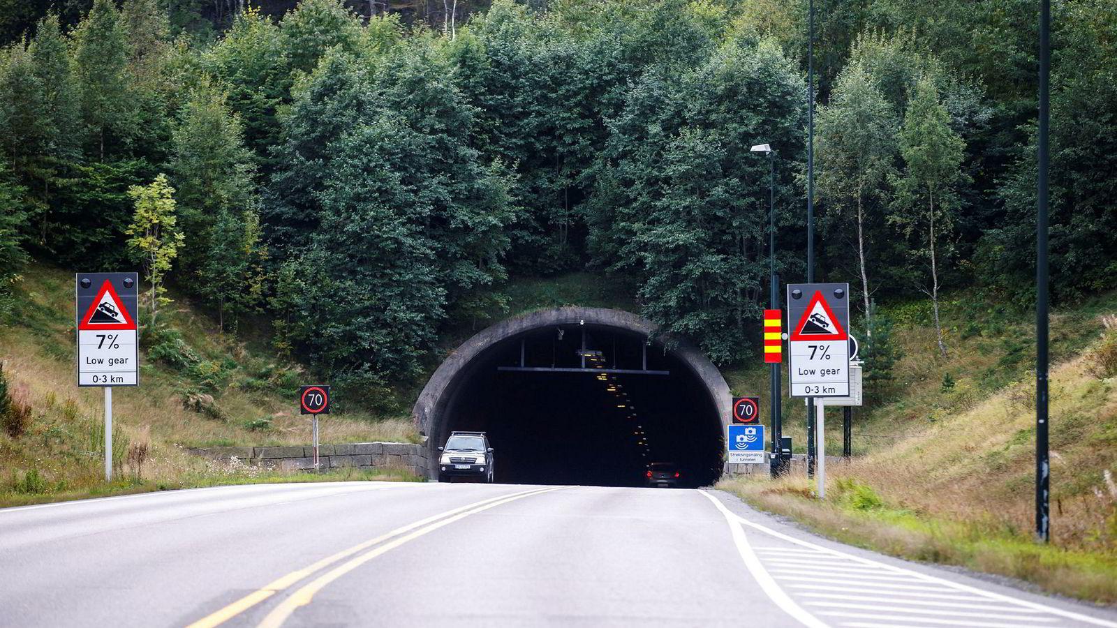 Mediene har med god grunn spurt om tunnelen vil tåle et jordskjelv tilsvarende skjelvet i 1904. Norsar har svart at Oslofjord-tunnelen ligger i et av de mest utsatte områdene nord for Alpene. At tunnelen vil bli skadet ved et stort skjelv, er sannsynlig, skriver innleggsforfatterne.