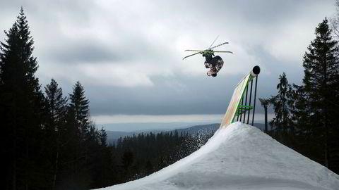 Felix Stridsberg Usterud beveger seg stilfullt gjennom luften over oppen av wallriden som er et element av terrengparken i Oslo Vinterpark.