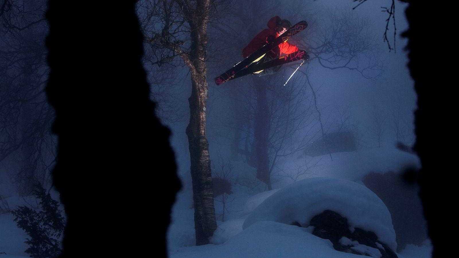 Tobias Bjønnes roterer i skogen ved Sauda skisenter.