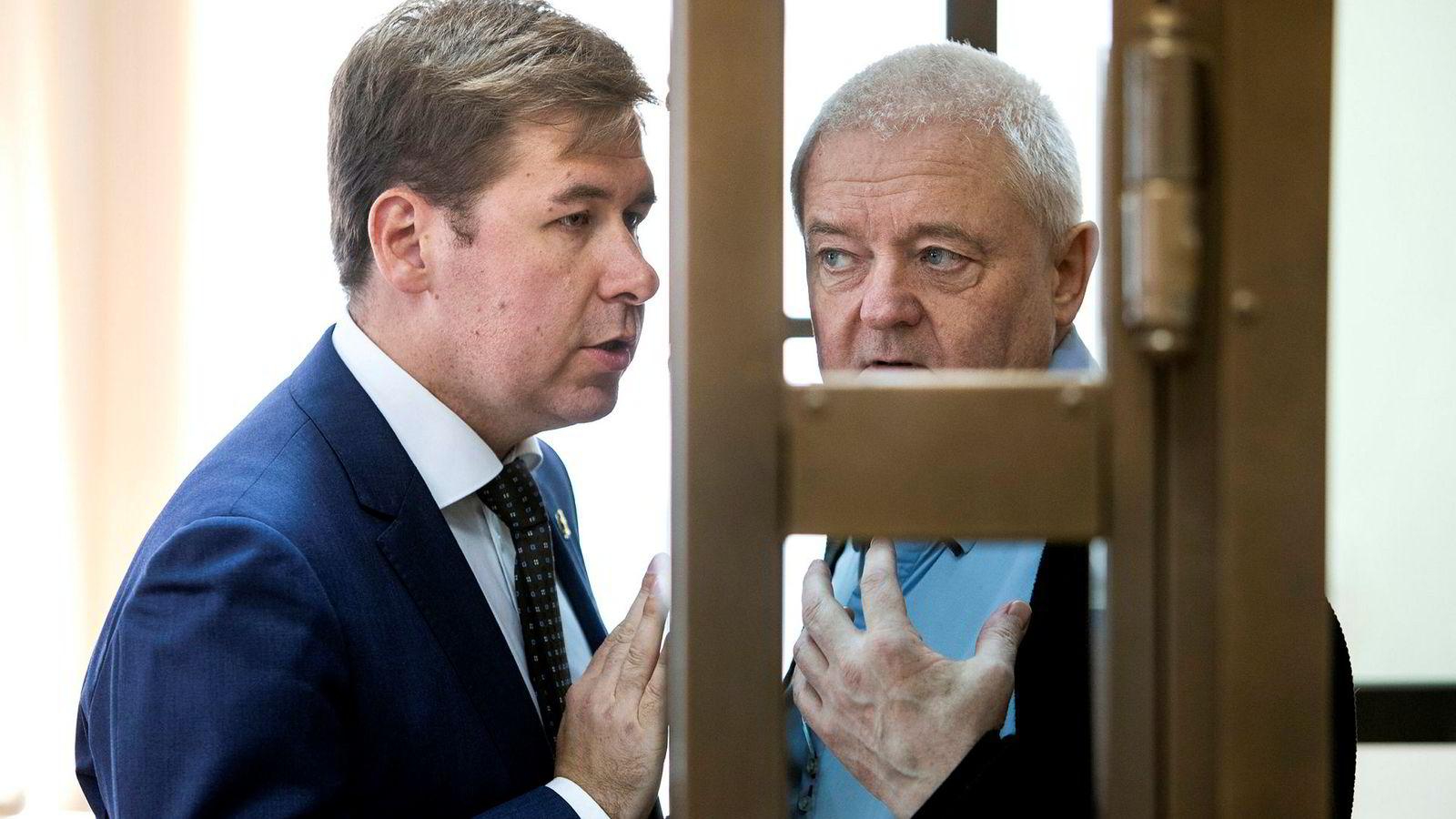 Spionsiktede Frode Berg under ankebehandlingen av varetektsfengslingen av han i byretten i Moskva, sammen med sin russiske advokat Ilja Novikov.