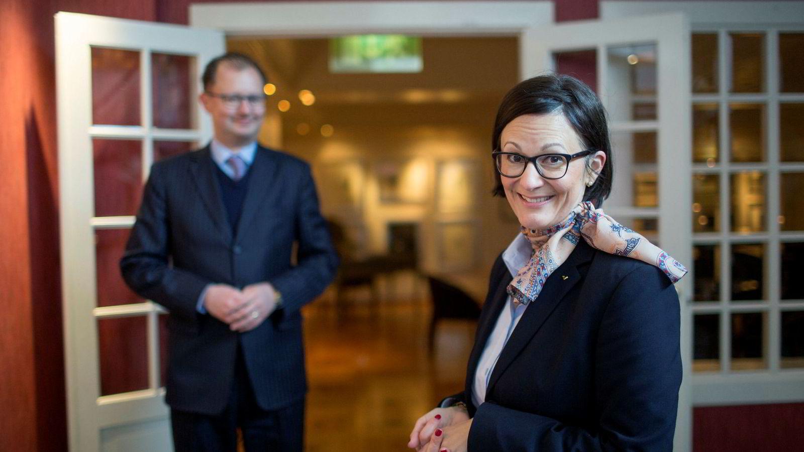 Barbara Zanoni Utne, her med ektemannen Hans Edmund Utne i bakgrunnen, har etter langvarig misnøye med manglende politisk gjennomslag meldt Hotel Ullensvang i Hardanger ut av NHO Reiseliv og inn i Norsk Industri.