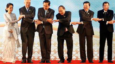 Lederne for ASEAN-landene har avsluttet sitt toppmøte i Laos. Fra venstre Myanmars utenriksminister Aung San Suu Kyi, Singapores statsminister Lee Hsien Loong, Thailands statsminister general Prayuth Chano-cha, Vietnams statsminister Nguyen Xuan Phuc, Laos' statsminister Thongloun Sisoulith og Philippinenes statsminister  Rodrigo Duterte . Foto: Soe Zeya Tun/Reuters/NTB scanpix