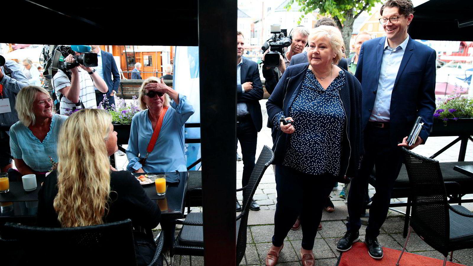 Statsminister Erna Solberg (H) møtte pressen på Blom restaurant på åpningsdagen av Arendalsuka mandag.