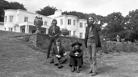 The Beatles' album «Abbey Road» er 50 år gammelt, og det markeres med en iørefallende frisk ny miks, og en utgivelse med flere fascinerende studioopptak. Musikken holder seg! Her fra Tittenhurst Park i august 1969.