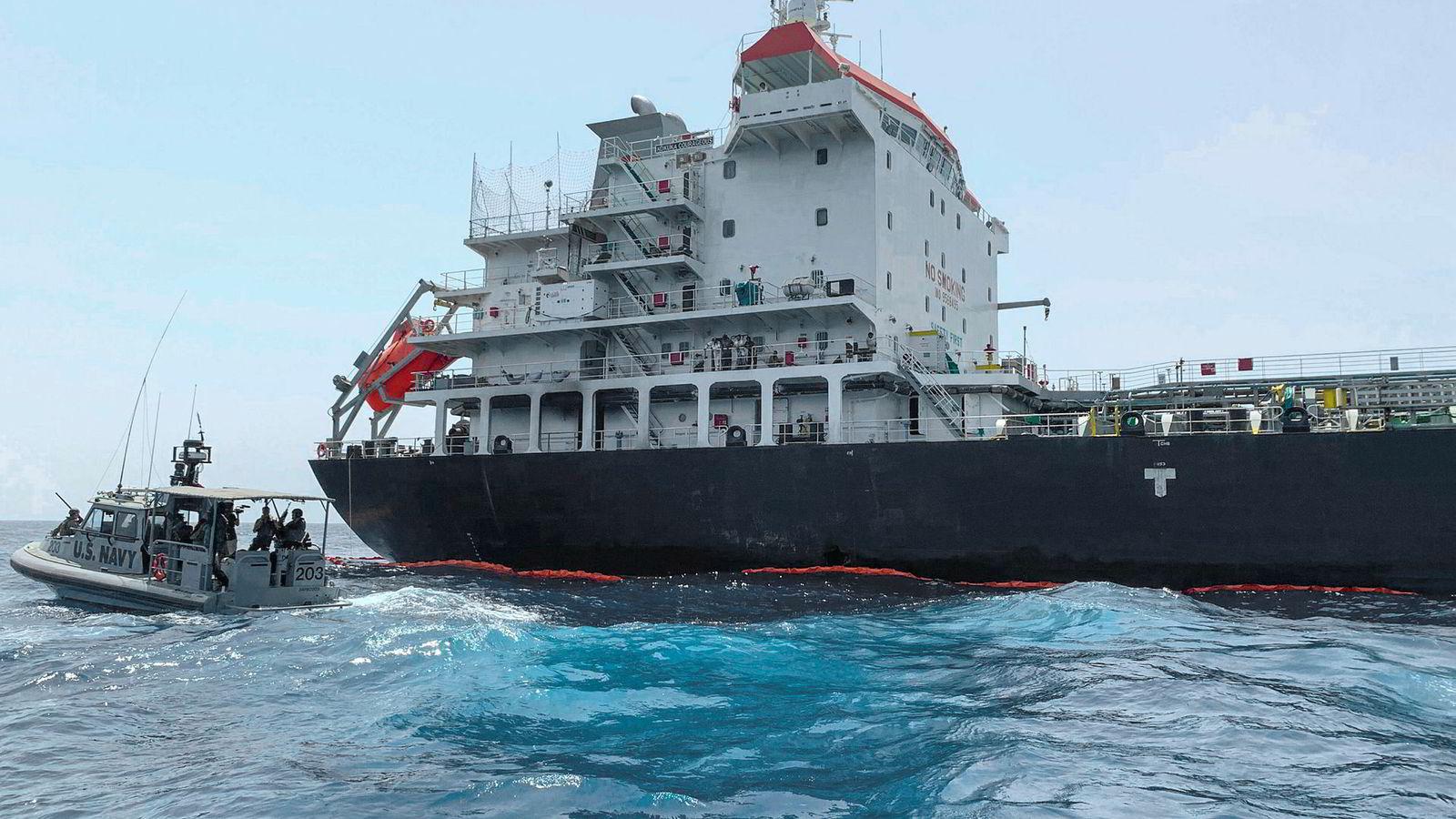Det eskalerte for fullt da USA forrige uke beskyldte Iran for å stå bak eksplosjoner på to tankskip i Omanbukta. Her er japanskeide Kokuka Courageous, et av skipene som ble angrepet.