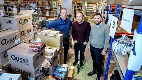 – Her har vi mellom 6000 og 7000 forskjellige typer produkter, sier daglig leder Per William Frøisland i Netthandelsgruppen. Han står sammen med medgründerne Espen Espelund (til venstre) og Frederik Aune Guttormsen i midten.