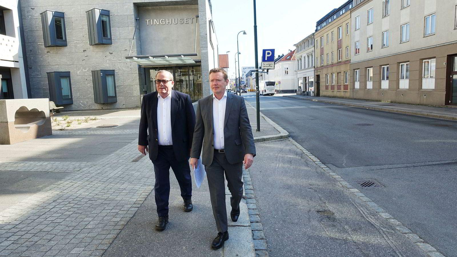 Tore Hansen-Tangen (til venstre) sammen med daglig leder Tor Hodne i Viking Heat Engines as på vei ut av Tinghuset i Kristiansand i april. Om to uker må de ta samme turen igjen dersom de ikke har klart å betale lønn til to tidligere ansatte.