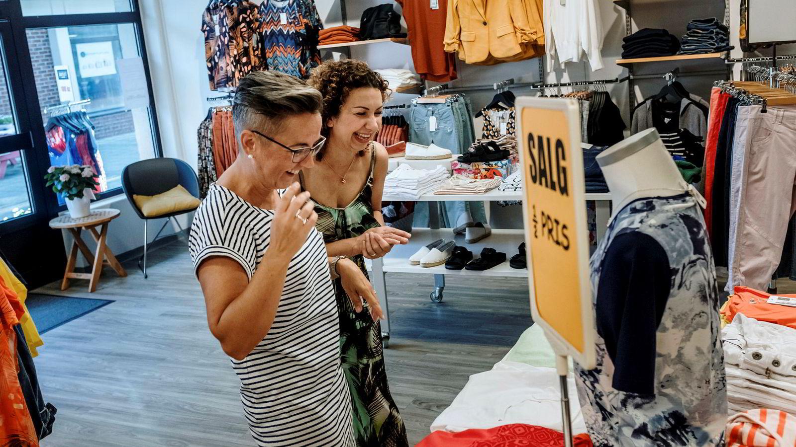 I Fosnavåg ytterst på Sunnmøre har lokale familier skapt flere klesbutikker, og hos A. Sævik jobber både Bente Volsund (til venstre) og Valentina Hjorthaug deltid. Fosnavåg ligger i Herøy kommune, der lønnsgapet mellom kvinner og menn er i norgestoppen, blant annet fordi en stor andel menn jobber offshore.