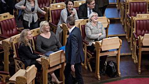Det var god stemning før spørretimen startet. Så måtte europaminister Elisabeth Vik Aspaker (til høyre) svare på spørsmål om kutt i romforskning. Til venstre sitter arbeidsminister Anniken Hauglie og finansminister Siv Jensen. Foran dem står Høyre-representant Frank Bakke-Jensen. Foto: Aleksander Nordahl
