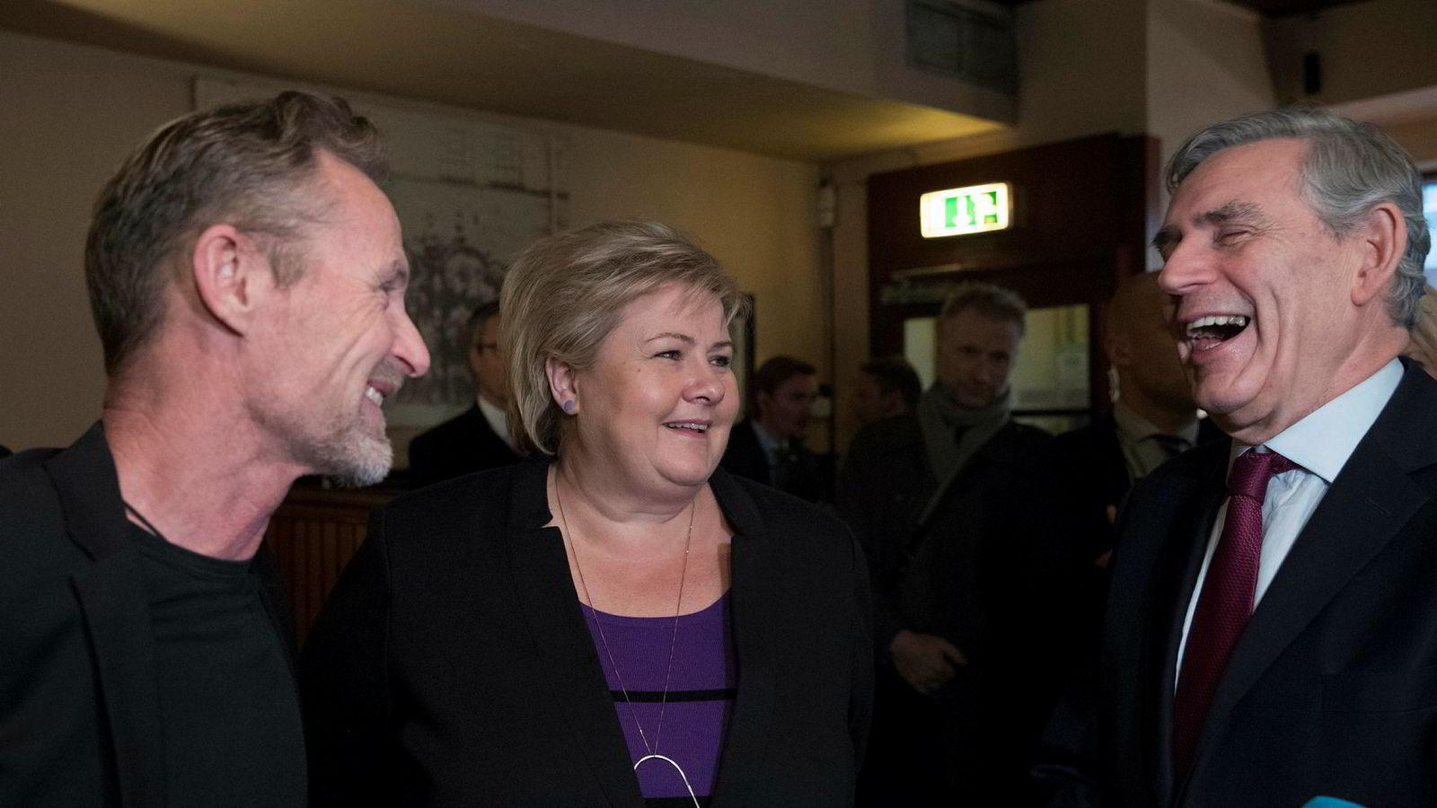 Forfatter Jo Nesbø og statsminister Erna Solberg ønsket Brown velkommen på Schrøder i Oslo.