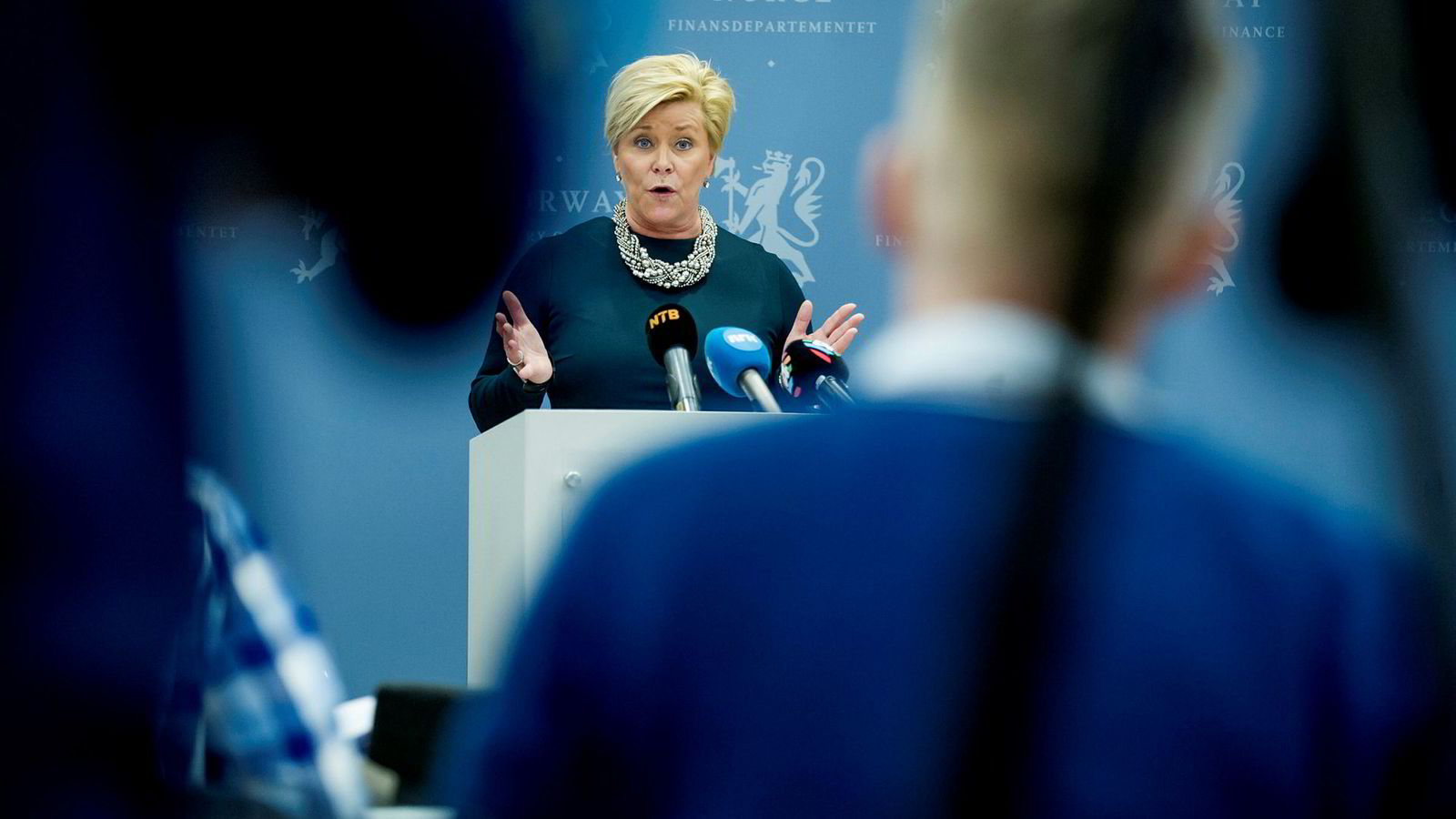 Finansminister Siv Jensen åpner igjen døren på gløtt for investeringer i unotert infrastruktur i Oljefondet, men hennes eget parti er skeptisk.