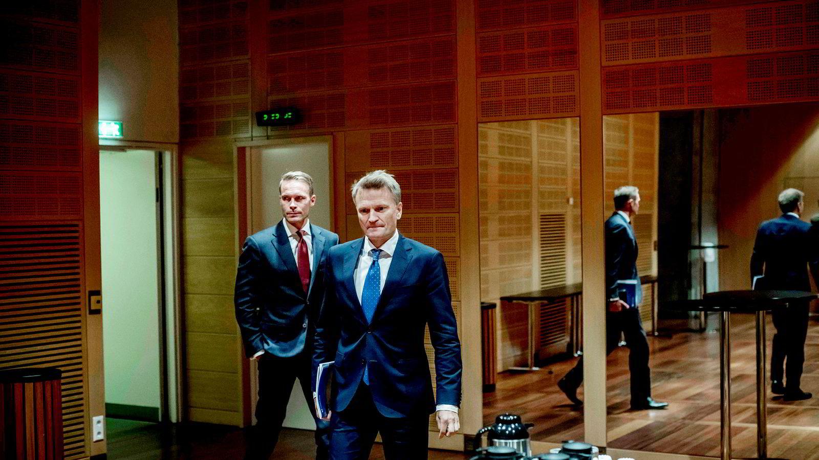 Trond Grande (bak til venstre), nestleder i Oljefondet, og Egil Matsen, visesentralbanksjef, la frem kvartalstall for Oljefondet i Norges Banks lokaler.
