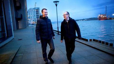 Nyfusjonerte Spirit Energy ledes i Norge av Dag Omre (til høyre), her på kaien ved de splitter nye kontorlokalene i Stavanger havn sammen med talsmann Tom Gederø. På andre siden av fjorden lyser oljefartøyene ved Rosenberg Verft. Foto: Tomas Larsen