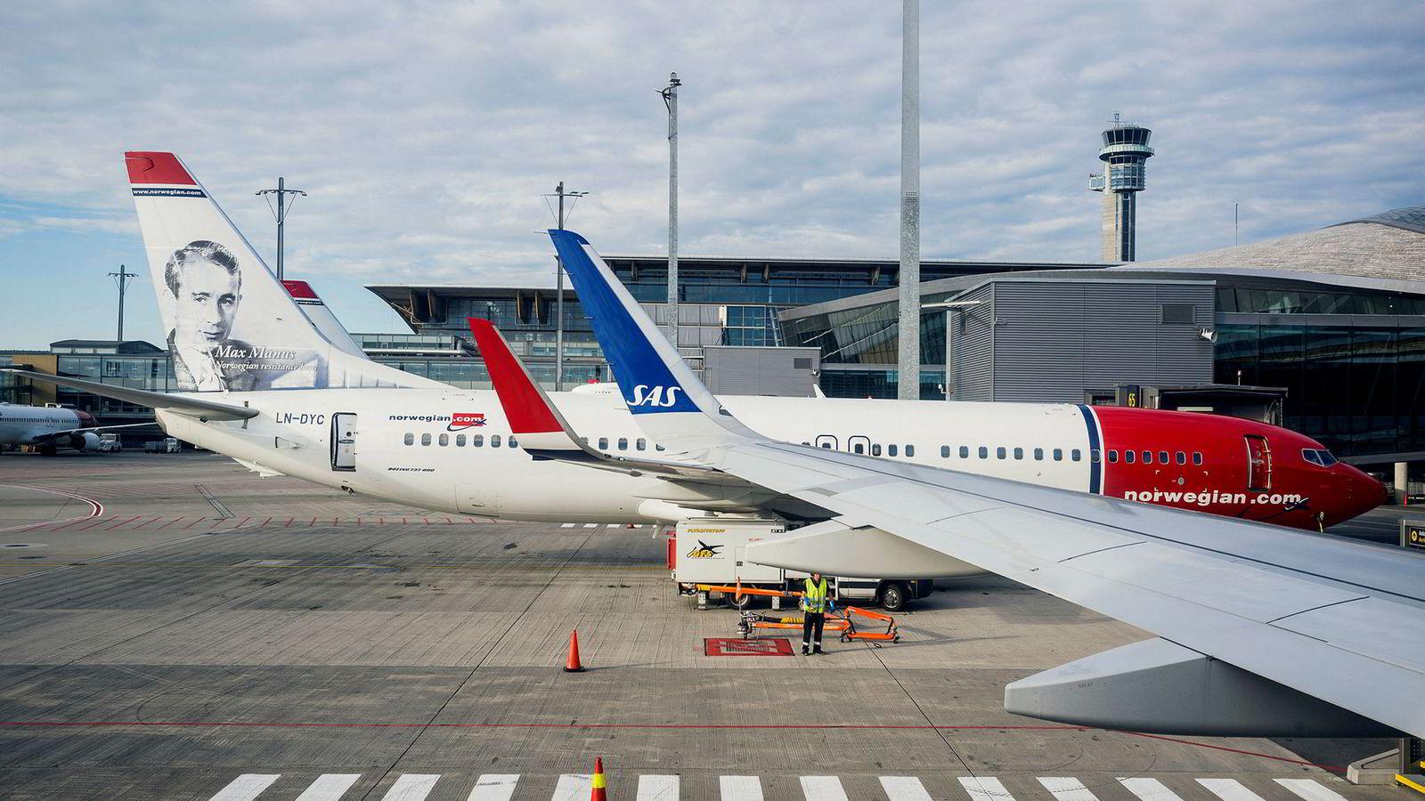Et stort antall SAS-avganger er innstilt fredag, og det fører til at billetten rives vekk hos konkurrerende selskaper.