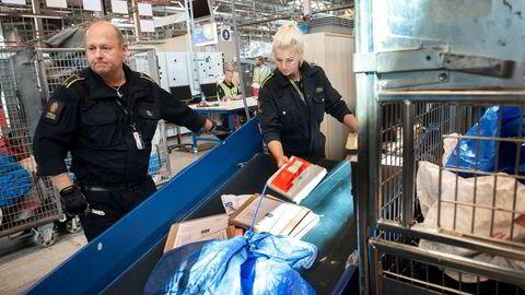 Tollerne på postterminalen sjekker store mengder post som nordmenn har shoppet på nettet og vurderer verdien. Varer de mener overstiger de fastsatte grensene blir sendt til fortolling.