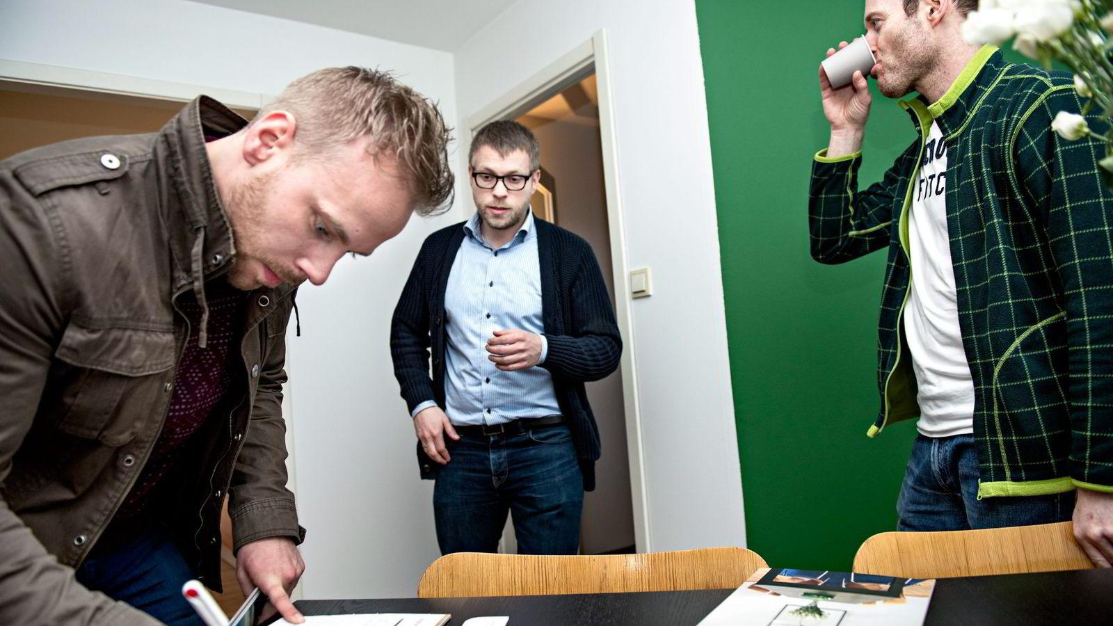 Ola Lindsetmo (til venstre) og Pål Høgmo (til høyre) var to av dem som var på visning hos eiendomsmegler Eivind Braastad i toromsleiligheten i Valdresgata i Oslo tirsdag ettermiddag. Dagen etter fikk Høgmo tilslaget på 3,6 millioner kroner.                Begge foto: Klaudia Lech